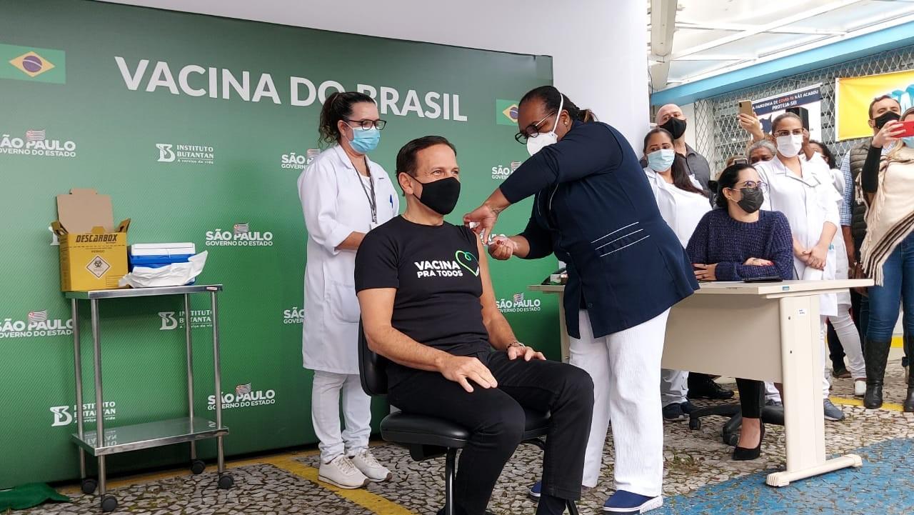 Doria toma a primeira dose da vacina CoronaVac contra a Covid-19, em São Paulo