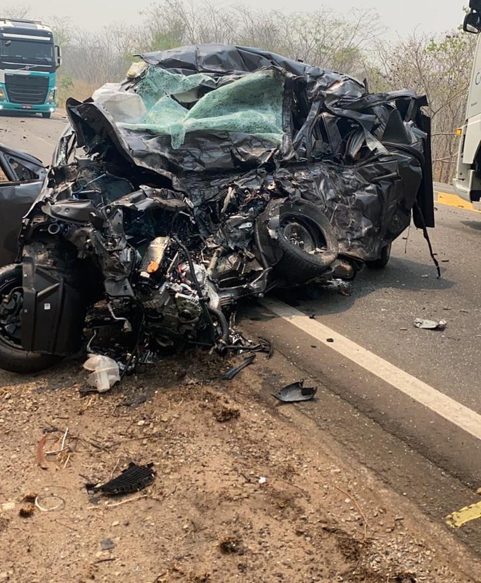Carro da família ficou destruído — Foto: Divulgação
