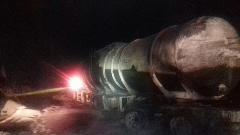 Motorista do caminhão-tanque morreu na hora (Foto: PRF/Divulgação)