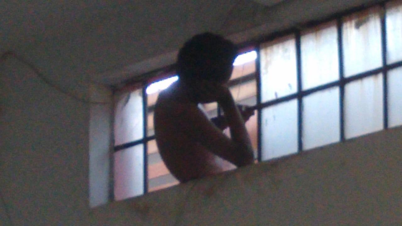 Adolescente tenta furtar loja de placas e fica entalado em vitrô por cerca de quatro horas em Montes Claros - Noticias