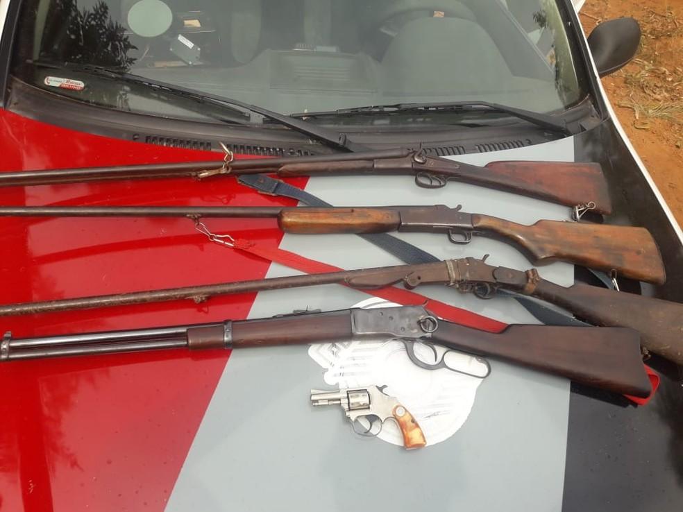 A polícia encontrou com o homem quatro espingardas e um revólver em Arealva (SP) — Foto: Divulgação/PM Arealva