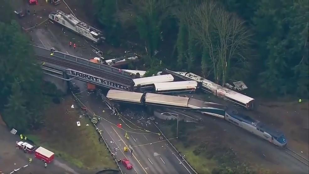 Imagem aérea mostra acidente de trem que ocorreu nesta segunda-feira (18) no estado de Washington (Foto: NBC)