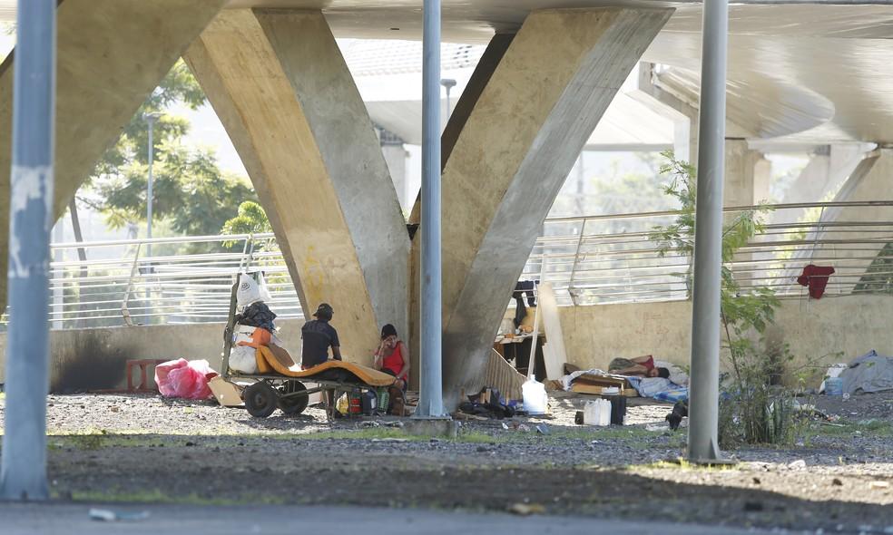 Rampas de acesso ao metrô e trem são locais onde mais acontecem assaltos perto do Maracanã (Foto: Marcos Serra Lima/ G1)