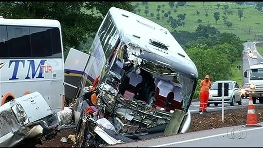 Acidente envolvendo ônibus, caminhão e caminhonete mata um e deixa mais de 30 feridos na BR-153, em Pontalina