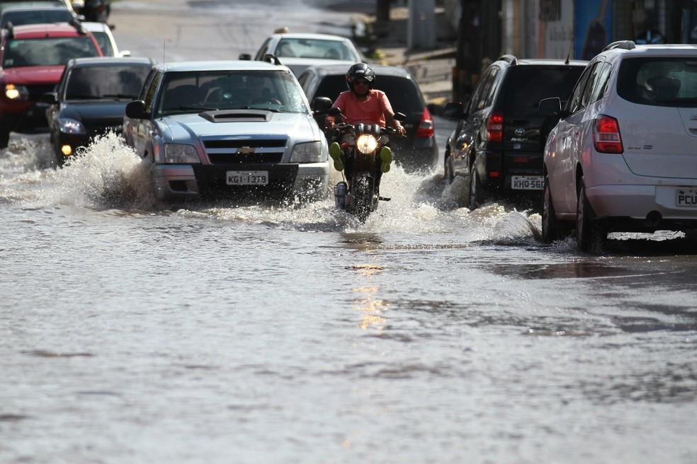 Alerta de chuvas moderadas a fortes é válido até qunta-feira (10) (Foto: Marlon Costa/Pernambuco Press)