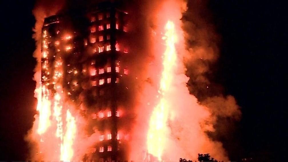 Incêndio no edifício Grenfell, em Londres, no ano passado: revestimento derivado de plástico teria contribuído para que o fogo se espalhasse rápido (Foto: Reprodução)