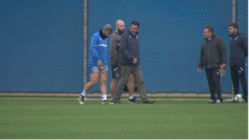 Douglas esteve prestes a voltar em outubro, mas sentiu novo problema no joelho (Foto: Reprodução / RBS TV)