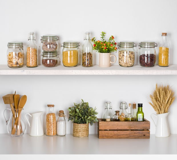 Modern kitchen shelves with various food ingredients on white background (Foto: Getty Images/iStockphoto)