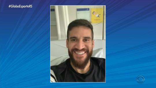 """No hospital, Marcelo Oliveira agradece homenagem em taça de campeão: """"Quase pulei da cama"""""""