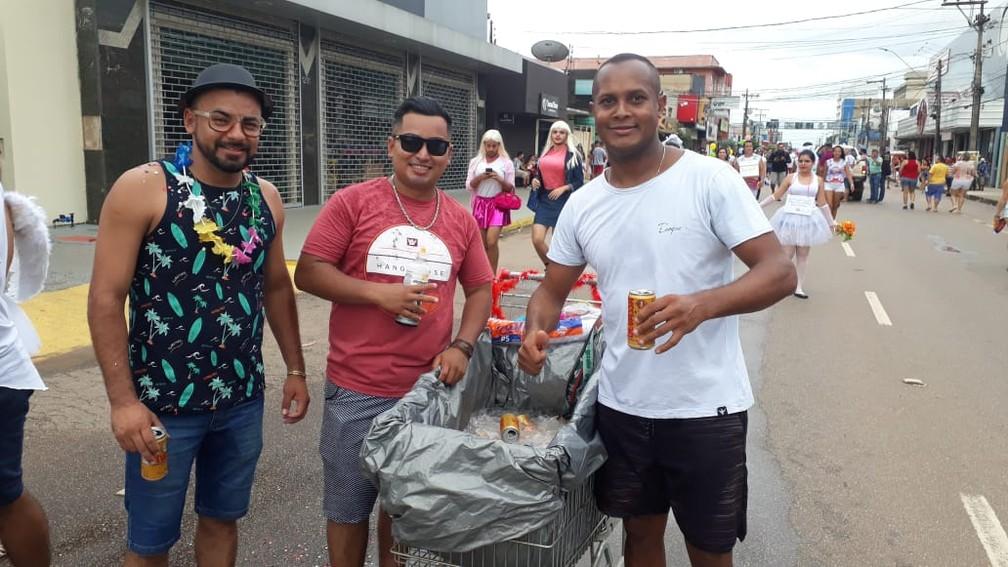 Foliões improvisam carrinho de supermercado e levam bebida ao BQVV em Porto Velho.  — Foto: Pedro Bentes/G1