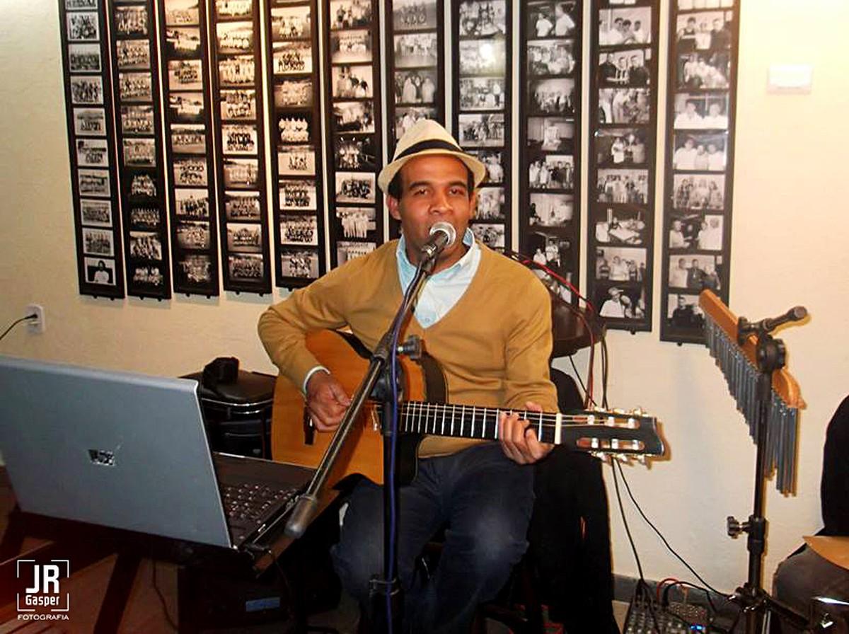 Músico Adney Andrade é atração na Vila de Luís Carlos, em Guararema, neste domingo