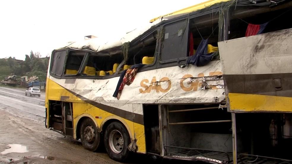 Ônibus tombou em rodovia no sul da Bahia (Foto: Reprodução/TV Santa Cruz)