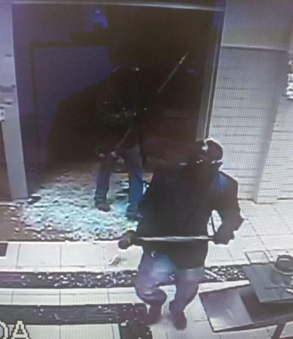 Assaltantes usaram marretas para quebrar a porta de vidro das agências em Denise (Foto: Polícia Militar de MT/Divulgação)