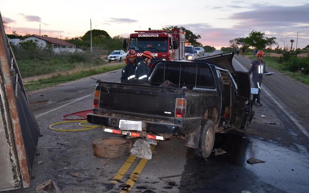 Caminhonete bateu de frente com caminhão, na madrugada desta segunda-feira (Foto: Frarlei Nascimento/Blitz Conquista)