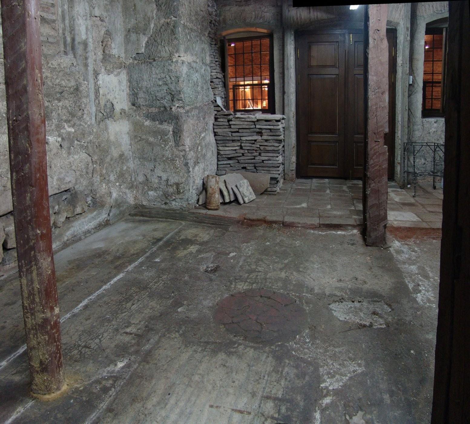 Arqueólogos acreditam que esse disco de pórfiro delimitava o local exato em que Justiniano I ficava durante cerimônias (Foto: Photo by Jan Kostenec, Copyright Oxbow Books, Ken Dark and Jan Kostenec 2019)
