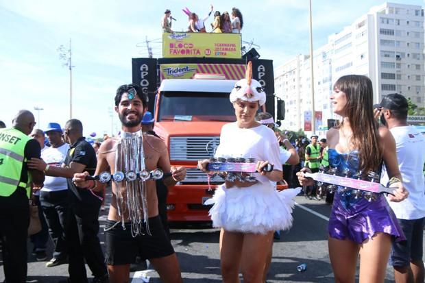Rafa Brites se diverte com Thaila Ayala na corda do Bloco da Favorita (Foto: Daniel Pinheiro / AgNews)