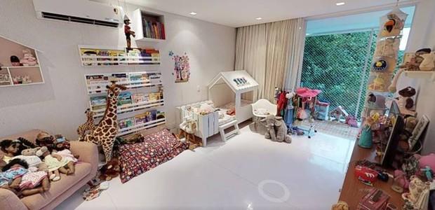 Há também um quarto brinquedoteca para a filha do casal (Foto: EmCasa/ Reprodução)