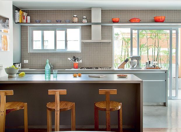 Espaço na cozinha nunca é demais. Uma prateleira no alto é o lugar perfeito para guardar livros de receitas, panelas e até a coleção de rolhas, como no projeto do escritório SAO Arquitetura (Foto: Edu Castello/Casa e Jardim)