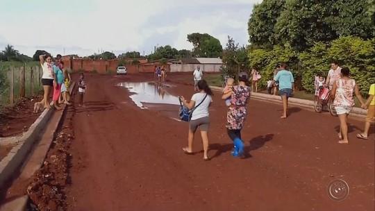 Pais enfrentam lamaçal para levar os filhos para creche: 'Pra chegar só com galochas'