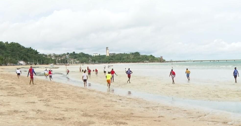 Partida de futebol foi realizada na praia de São Tomé de Paripe, no domingo, mesmo com proibição — Foto: Reprodução/TV Bahia