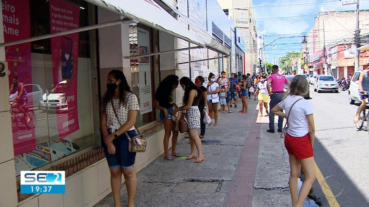 Consumidores enfrentam longas filas para manter tradição da compra de chocolates na Páscoa