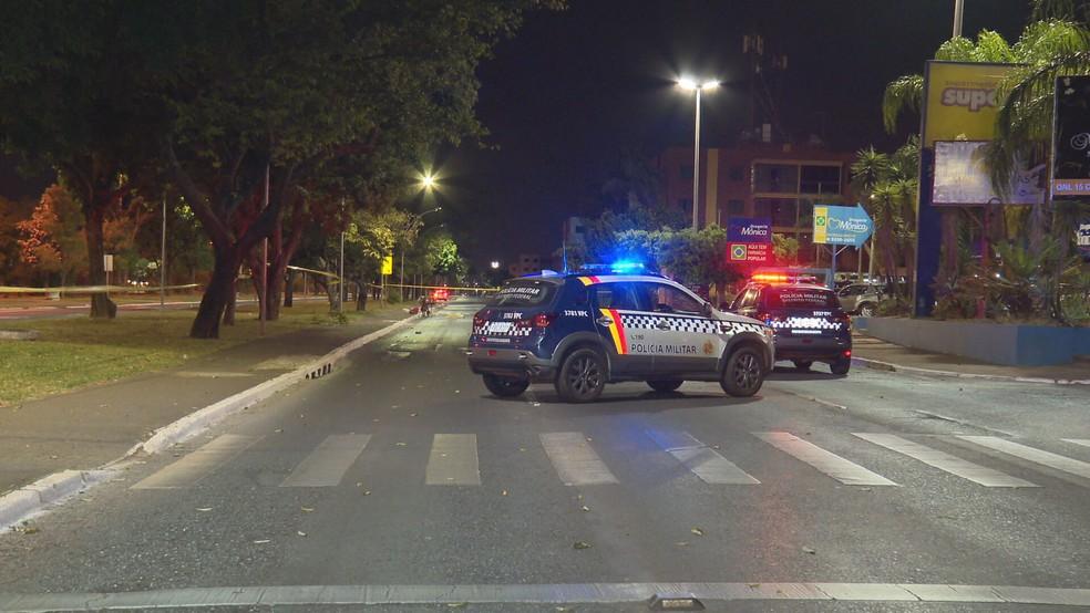 Cena de atropelamento de mulher na QNL 13 de Taguatinga, no DF — Foto: TV Globo/Reprodução