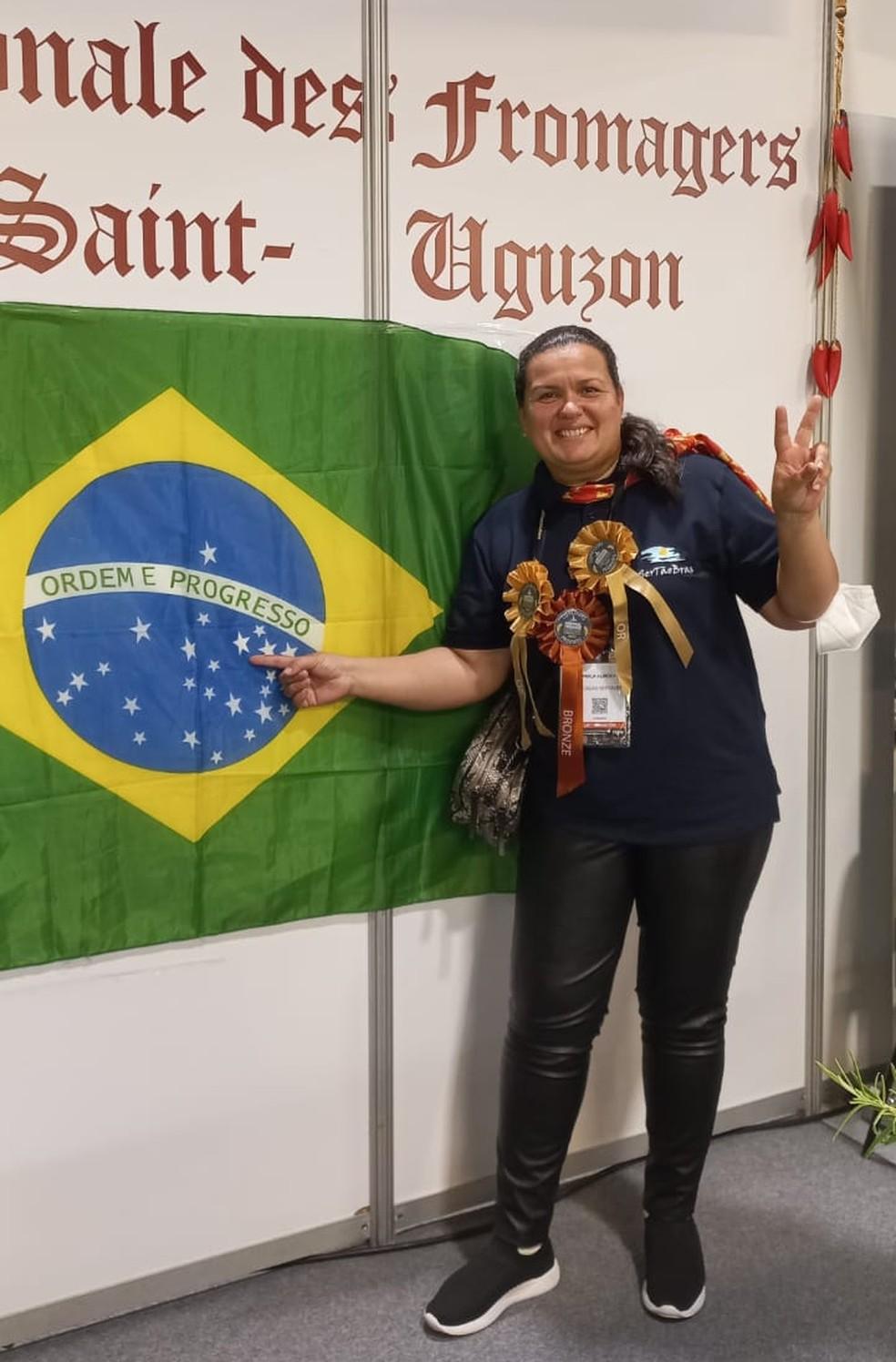 Camila Almeida comemora a vitória de 5 queijos no concurso mundial da França. — Foto: Arquivo pessoal.