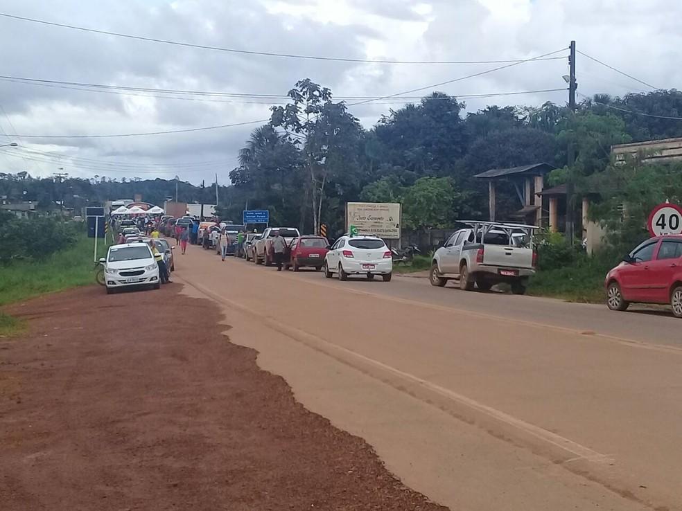 -  Moradores bloqueiam BR-156 para reclamarem de buracos em Oiapoque, no Amapá  Foto: Girlane Duarte/Rede Amazônica
