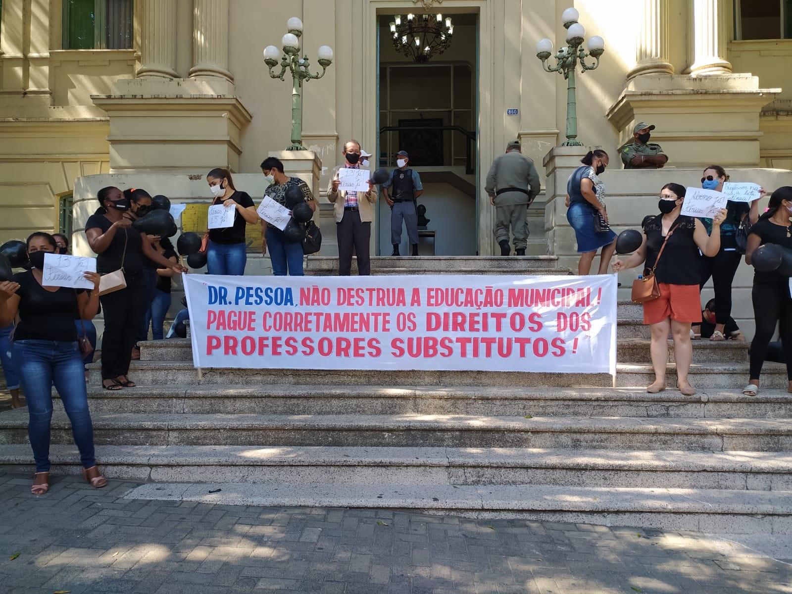 Professores substitutos de Teresina fazem protesto na Prefeitura e pedem pagamento de férias e 13º salário