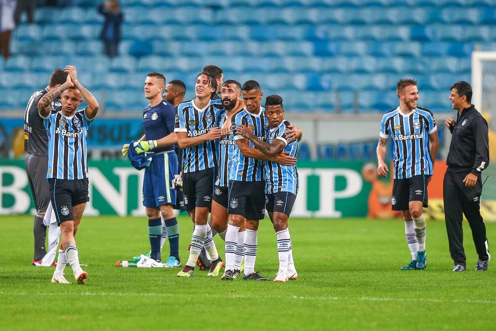 Gremistas se abraçam e agradecem torcida após vitória (Foto: Lucas Uebel / Grêmio, DVG)
