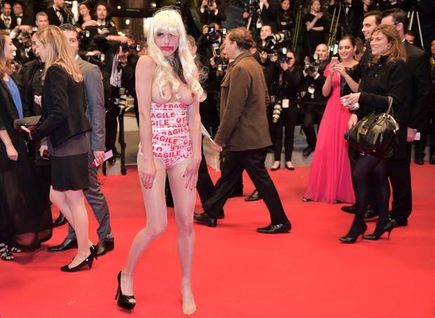 Mulher protesta no tapete vermelho em Cannes (Foto: AFP)