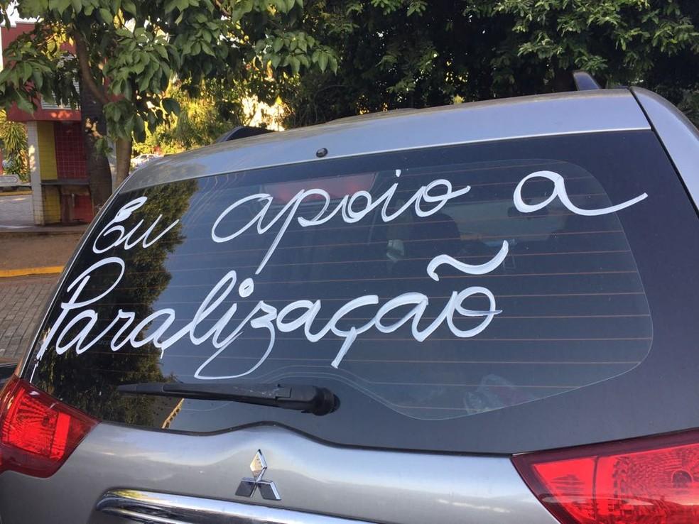 Veículo de Dracena tem mensagem de apoio à greve dos caminhoneiros (Foto: Mariana Gouveia/TV Fronteira)