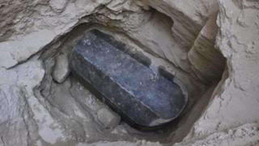 -  Dimensões do sarcófago impressionaram especialistas: tem mais de 2 metros de altura  Foto: FACEBOOK MINISTÉRIO DAS ANTIGUIDADES DO EGITO