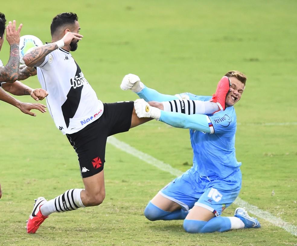 Castan faz falta dura em Douglas, em Vasco x Bahia, pelo Campeonato Brasileiro — Foto: André Durão