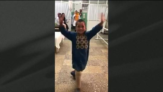 Menino que perdeu a perna em explosão dança ao ganhar prótese