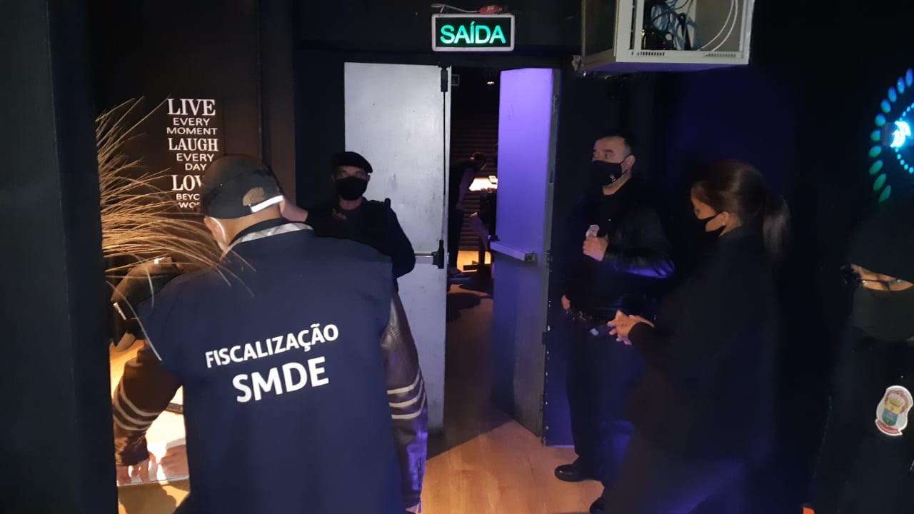 Casa noturna com festa sem distanciamento e sem uso de máscaras é interditada em Porto Alegre
