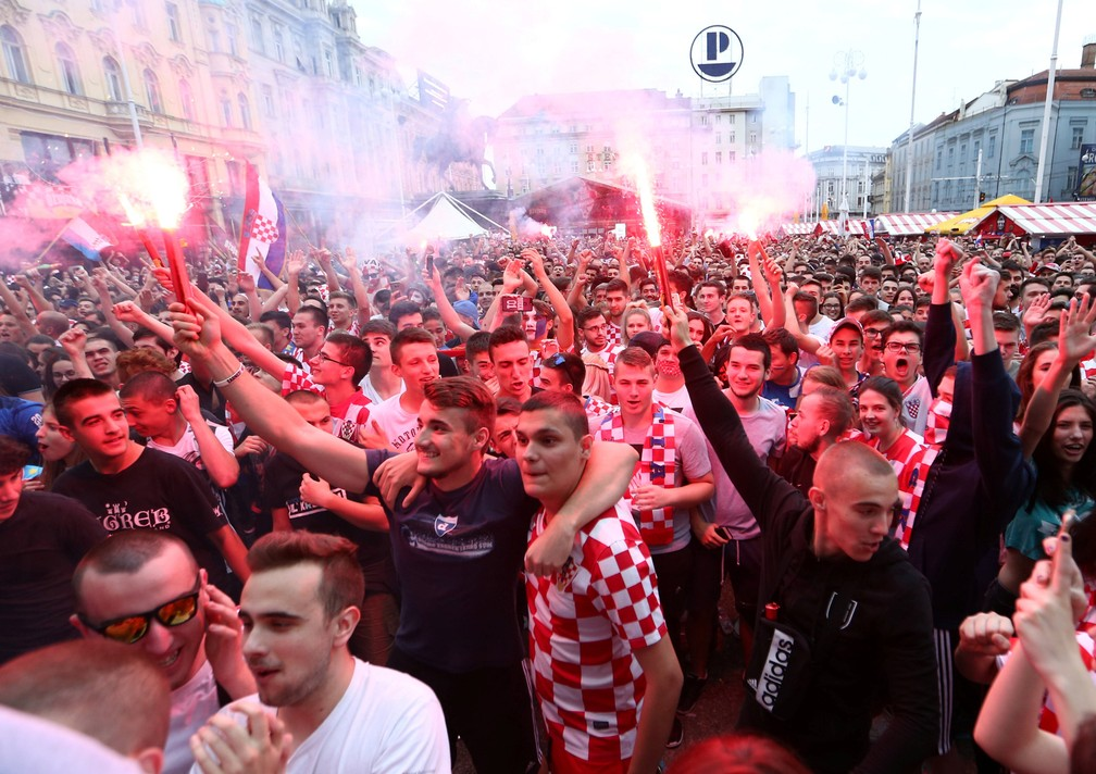 1° de julho - Torcedores da Croácia comemoram o primeiro gol durante a transmissão do jogo Croácia x Dinamarca, em Zagreb (Foto: Antonio Bronic/Reuters)