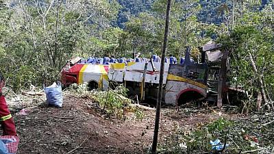 Na Bolívia, ônibus cai em penhasco, e ao menos 25 morrem