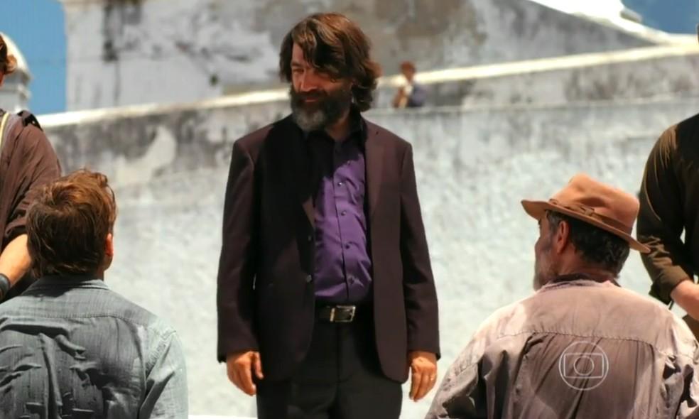 Dom Rafael (Cesar Troncoso) pega Cassiano (Henri Castelli) e Duque (Jean Pierre Noher) em flagrante, em 'Flor do Caribe' — Foto: Globo