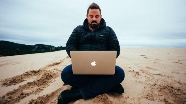 Ele chegou a economizar 82% de sua renda (Foto: GRANT SABATIER via BBC News Brasil)