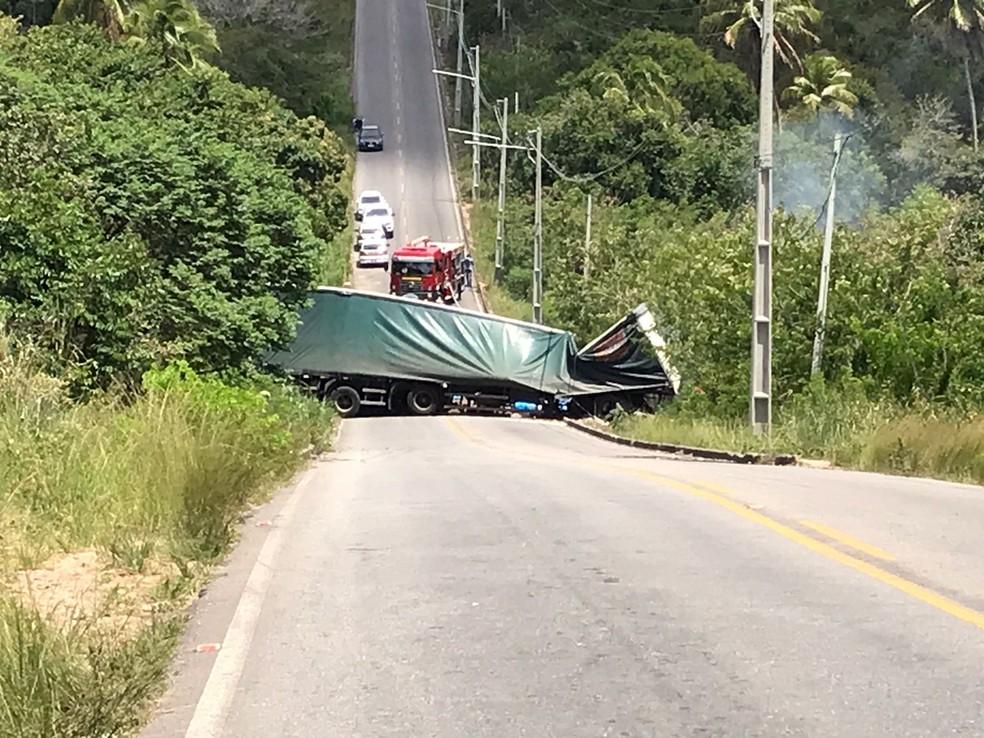 Carreta bloqueia trânsito na estrada entre os bairros Cajupiranga e Coophab em Parnamirim, na Grande Natal — Foto: Ayrton Freire/Inter TV Cabugi
