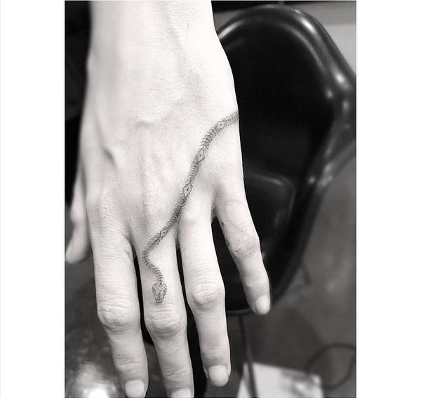A tatuagem na mão de Cara Delevingne (Foto: Instagram)