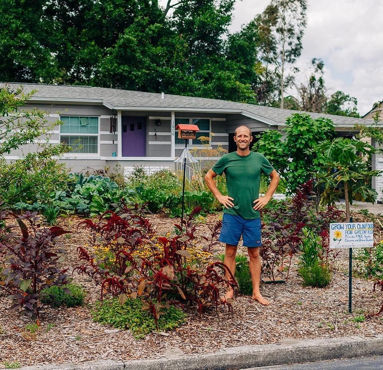 Rob Greenfield no jardim de casa em Orlando