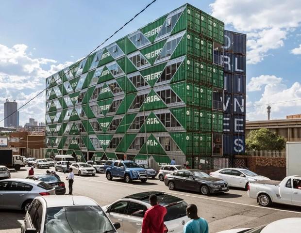 Prédio de apartamentos é construído com 140 contêineres na África do Sul (Foto: Divulgação)