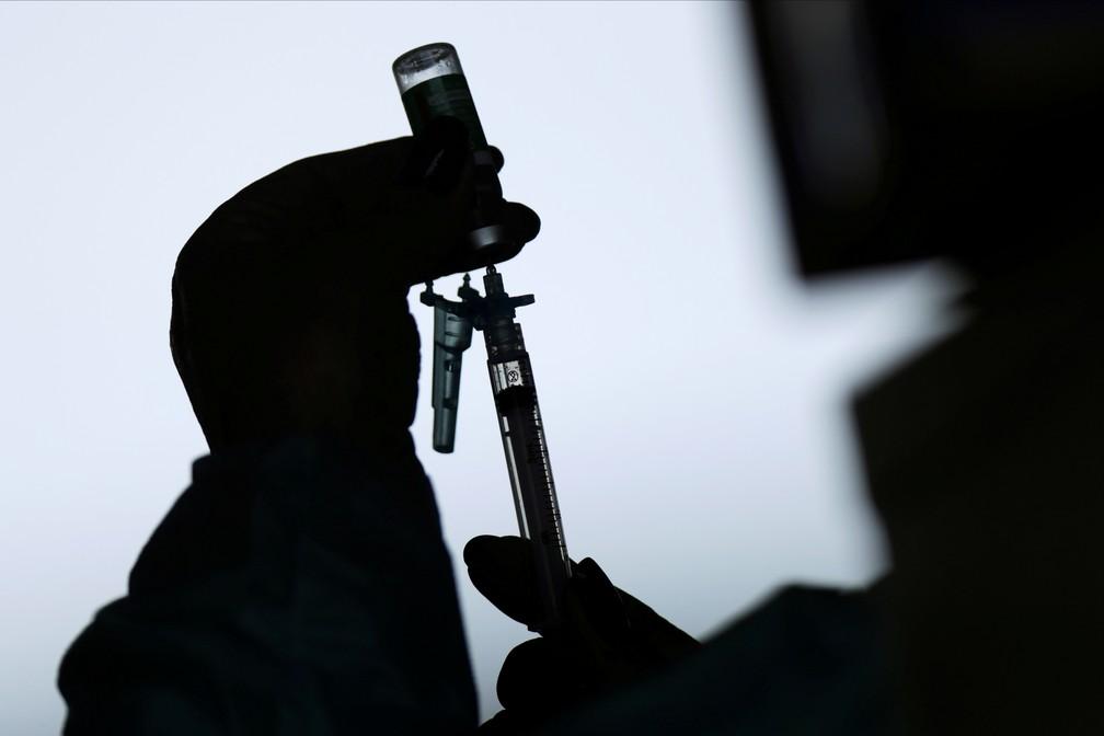 Profissional da saúde prepara dose da vacina AstraZeneca/Oxford em hospital de Brasília — Foto: Ueslei Marcelino/Reuters