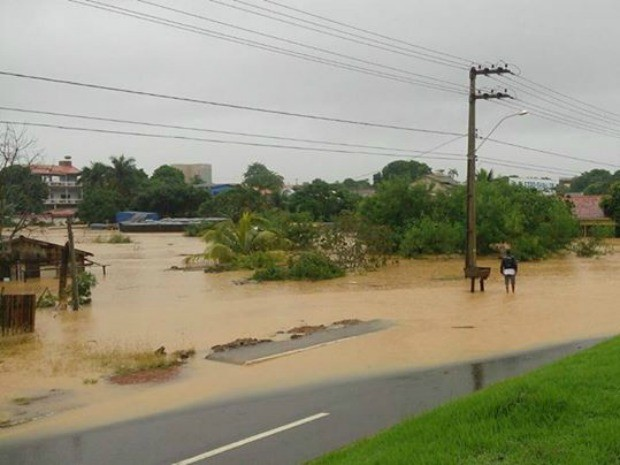 Chuva começou na noite de quinta, 14, e atingiu vários bairros (Foto: Ademilson Martins/ Arquivo Pessoal)
