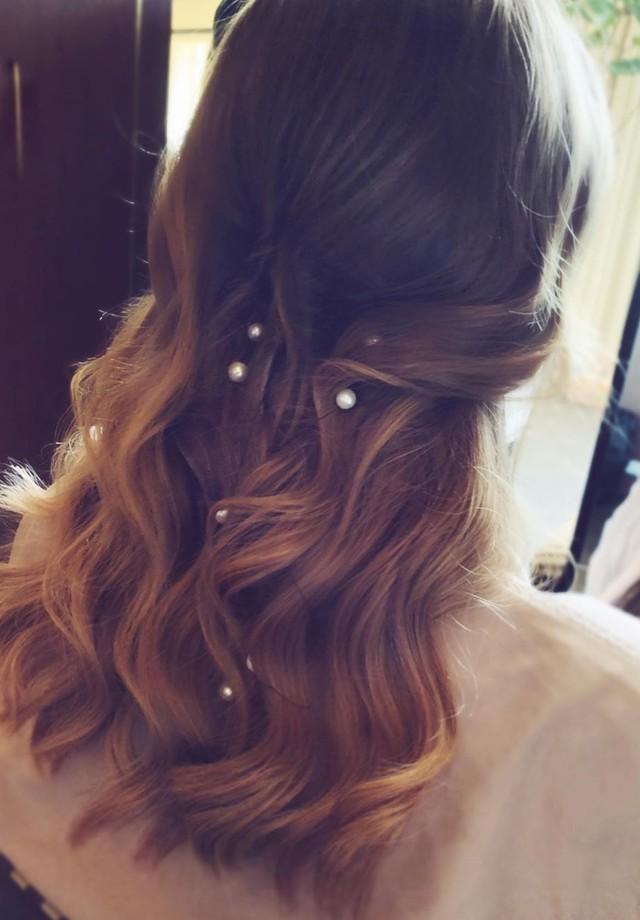 Os cabelos soltos e ondulados de Emma Stone ganharam pequenas pérolas ao longo de seu comprimento, para um resultado bem delicado (Foto: Instagram Mara Roszak/ Reprodução)