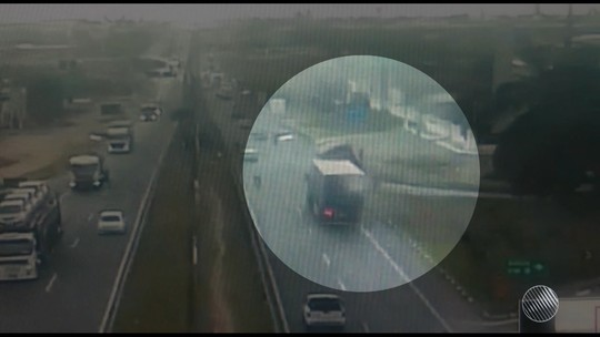 Carreta tomba na BR-324 e causa congestionamento de 10 Km; assista vídeo