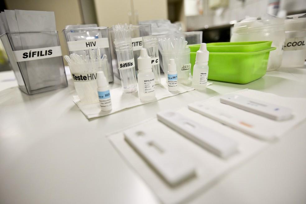 Núcleo de Testagem e Aconselhamento da Rodoviária do Plano Piloto realiza testes de sangue para detectar HIV, sífilis, hepatites B e C e outras infecções sexualmente transmissíveis — Foto: Breno Esaki/Agência Saúde