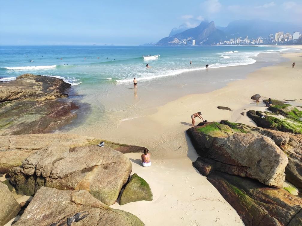 Arpoador nesta segunda-feira (8) tinha muitos surfistas e banhistas — Foto: G1 Rio